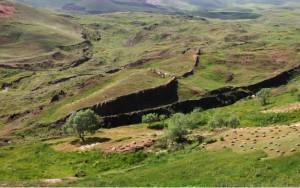 """צורתו המאורכת של מבנה סלעי זה, הנקרא """"דורופינר"""" וסמוך להרי אררט, העלתה השערה שזו תיבת נח שהתאבנה עם השנים. המבנה נבדק רבות והמסקנה היא שהוא קמט גיאולוגי ותו לא """